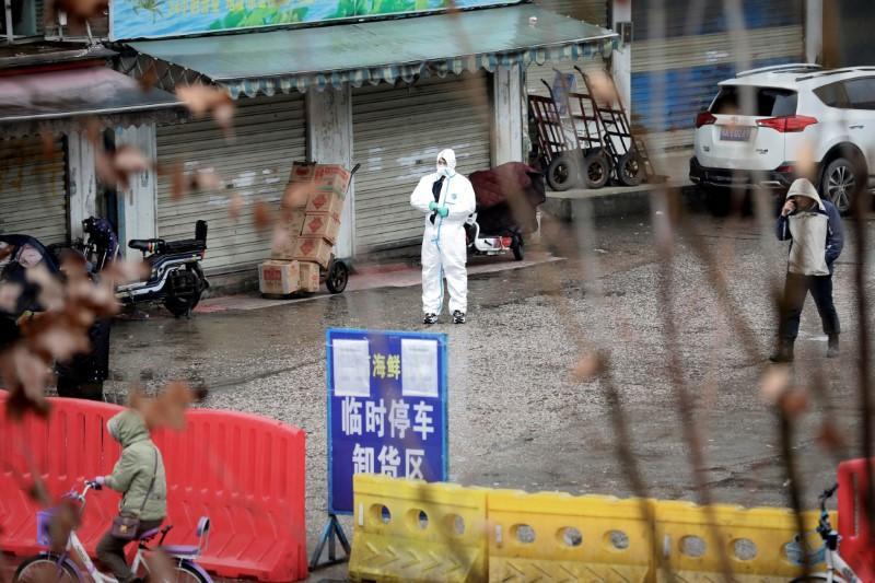 Covid-19 | Equipa da OMS prossegue investigação com visita a mercado em Wuhan