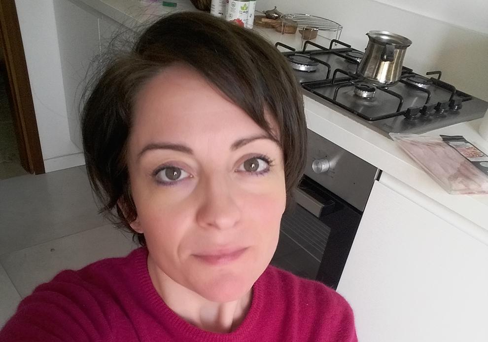 """Anja Visini, residente em Bergamo e doente recuperada de covid-19: """"A cada dez minutos passa uma ambulância, noite e dia"""""""