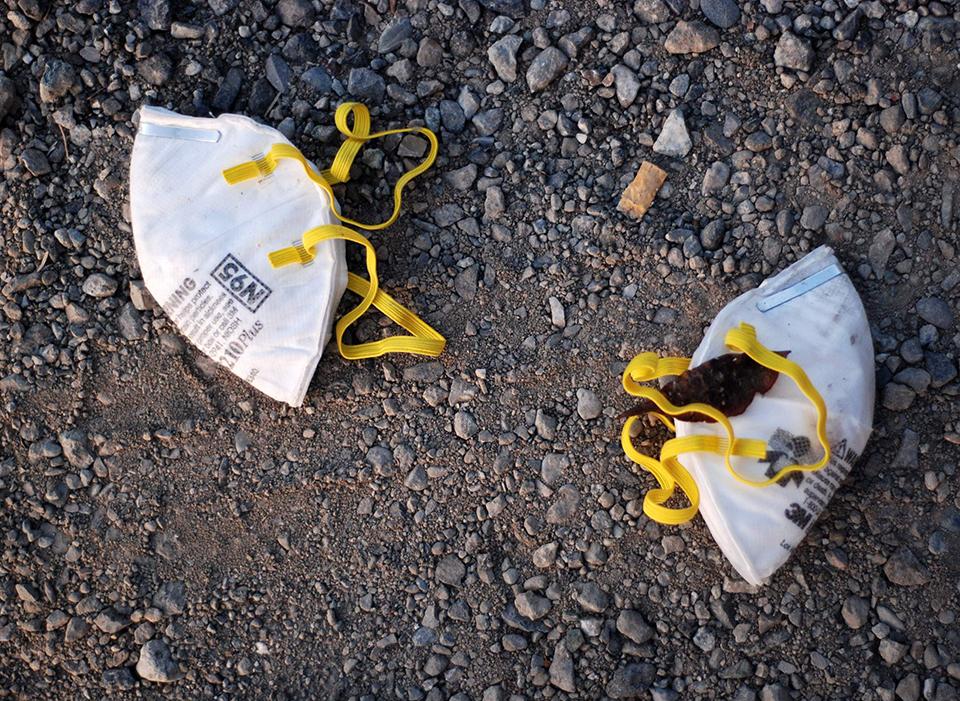 Ambiente | Defendidas multas pesadas para quem deixa máscaras nos trilhos