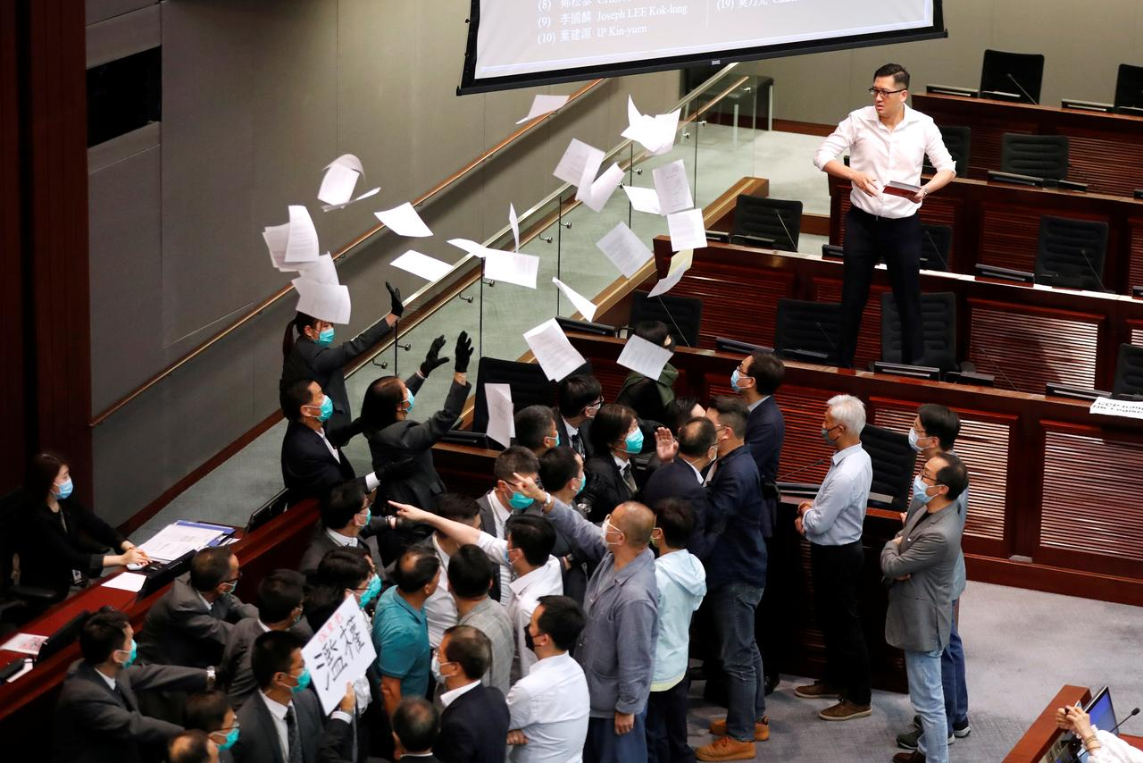 Novos confrontos no parlamento de Hong Kong em votação que elegeu deputada pró-China