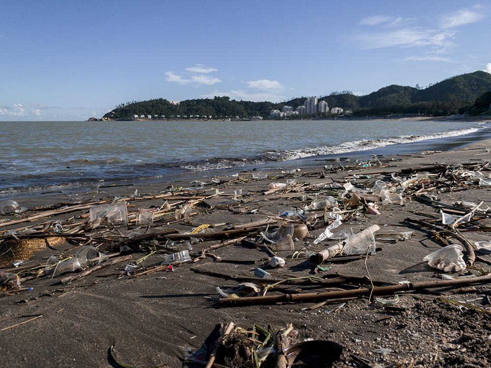 Encontradas 239 garrafas de plástico na costa de Macau