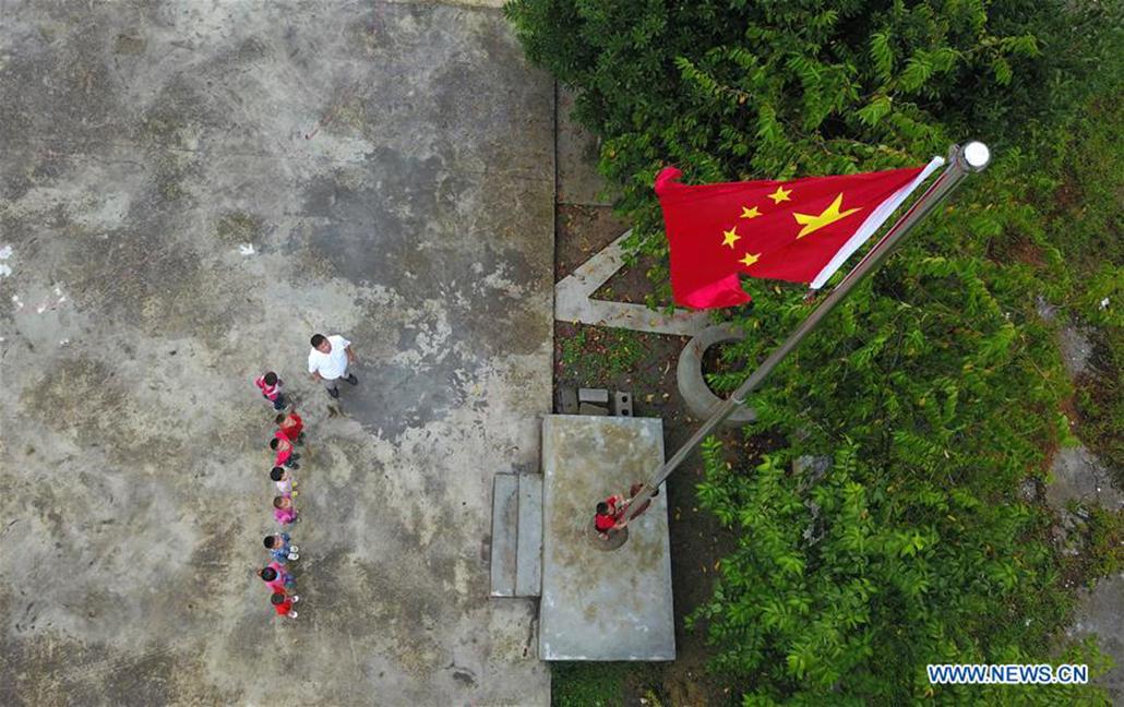 Equacionada cerimónia do hastear da bandeira nos jardins-de-infância