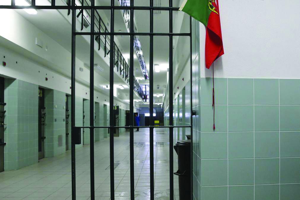 Na prisão ao telemóvel