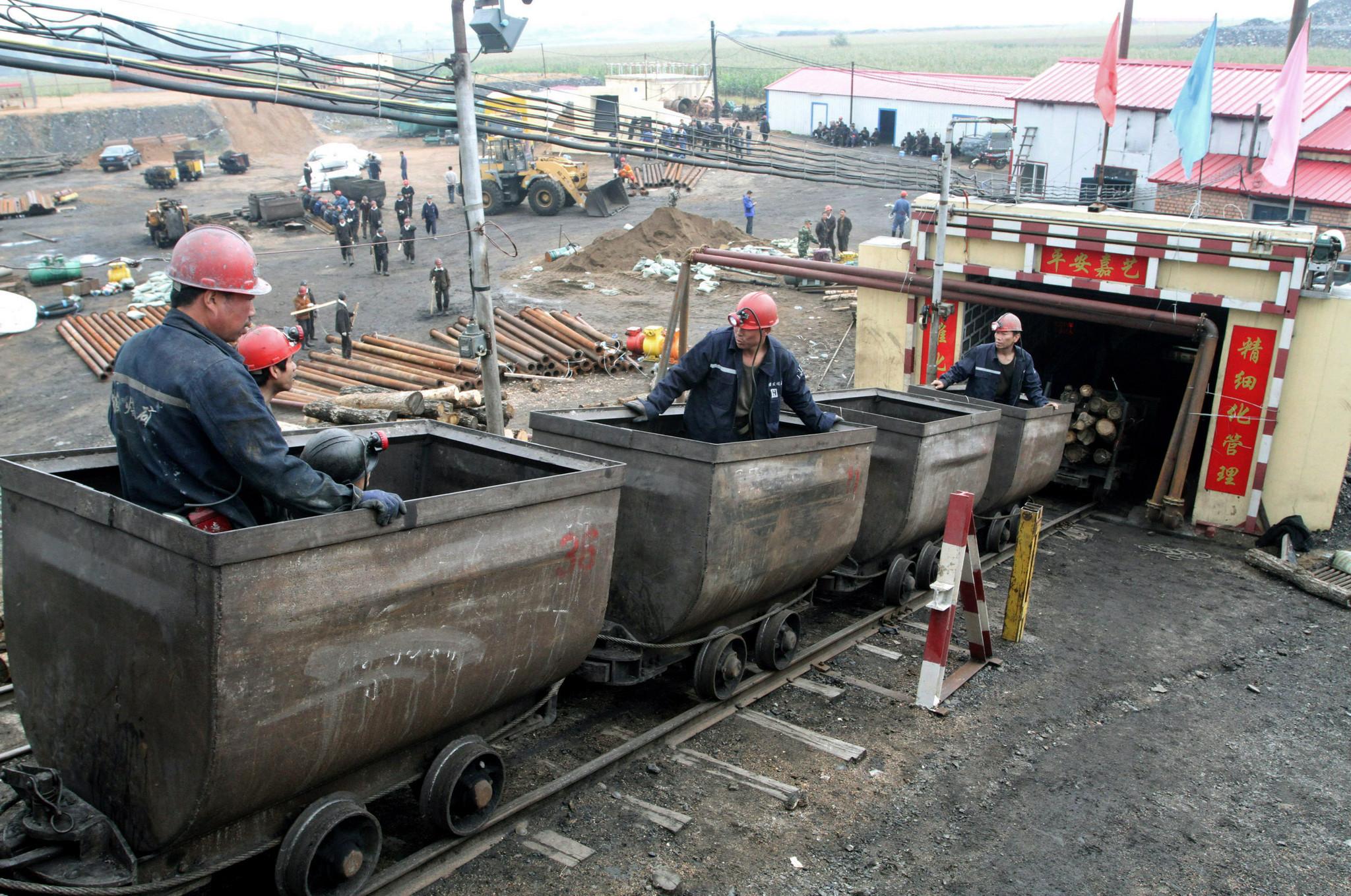 Grupo de 22 mineiros retido em mina de ouro na China após explosão