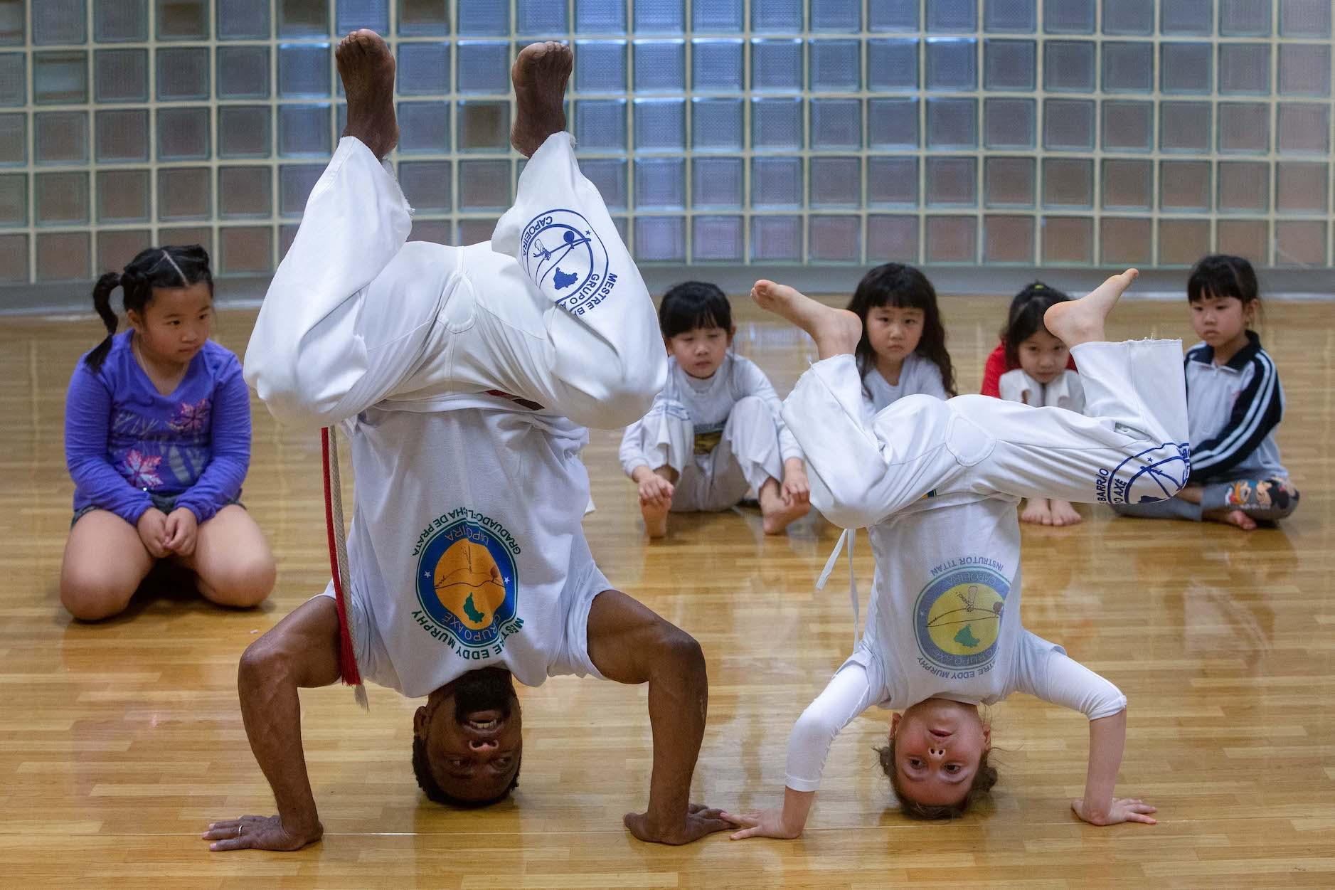 Brasileiro Eddy Murphy ensina capoeira e português a crianças