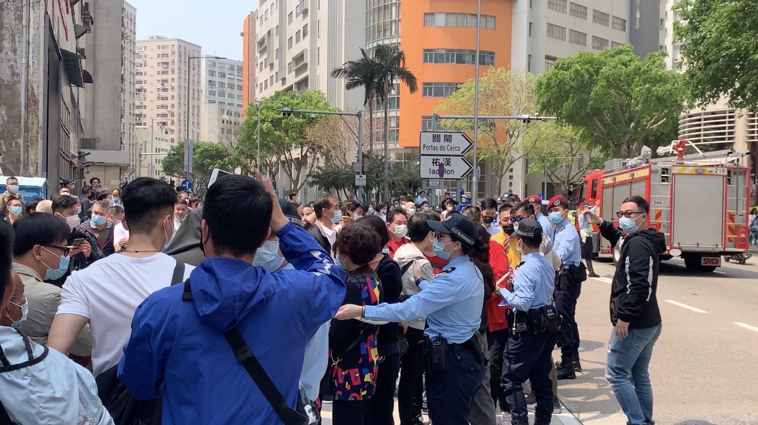 Reunião na DSAL acaba em manifestação e corte de via pública