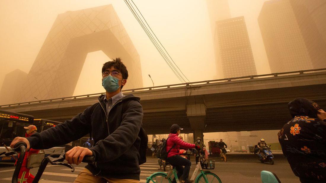 Tempestade de areia envolve Pequim em manto de poluição