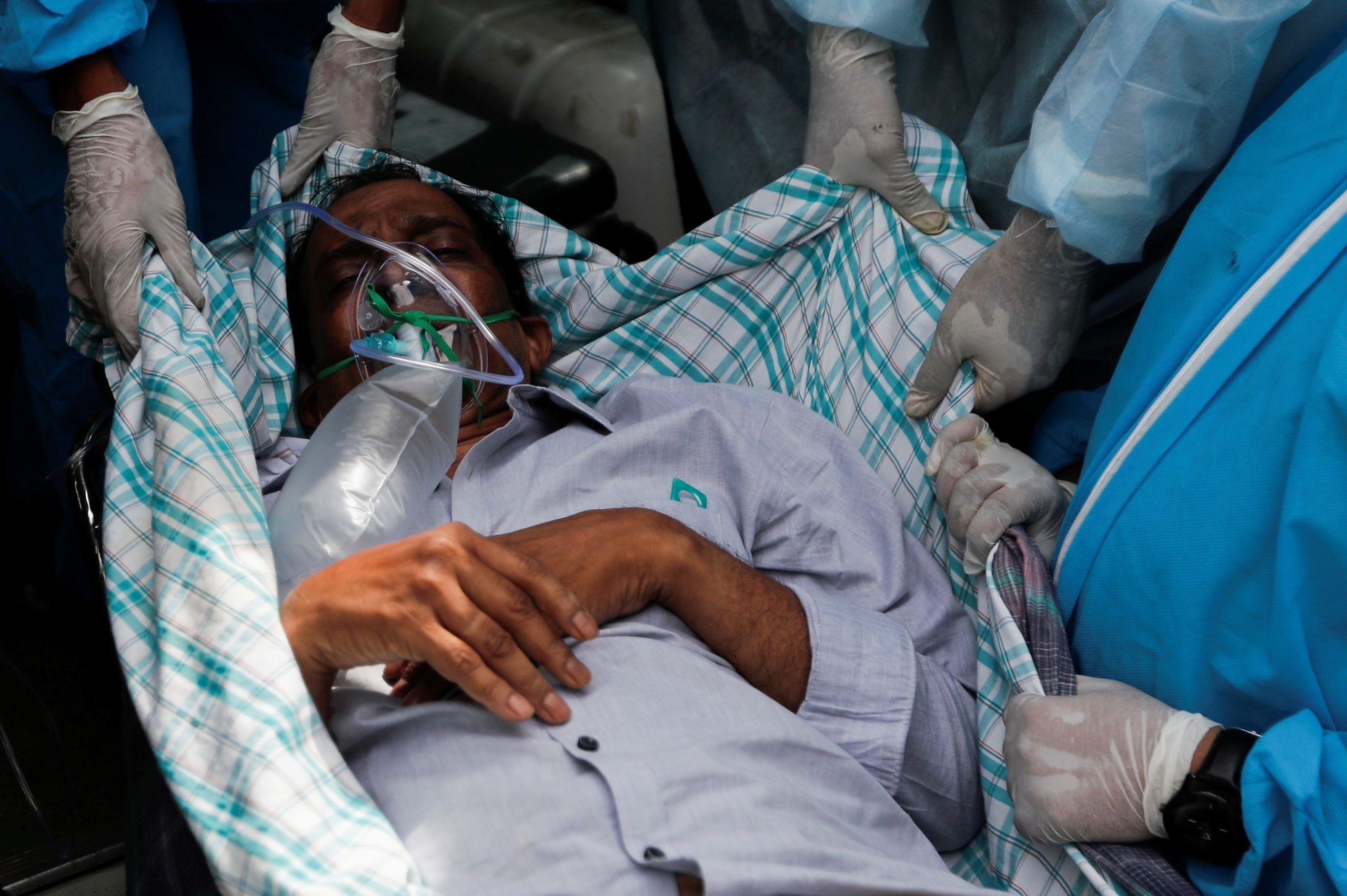 Covid-19 | Indianos desesperados com devastadora segunda vaga da pandemia