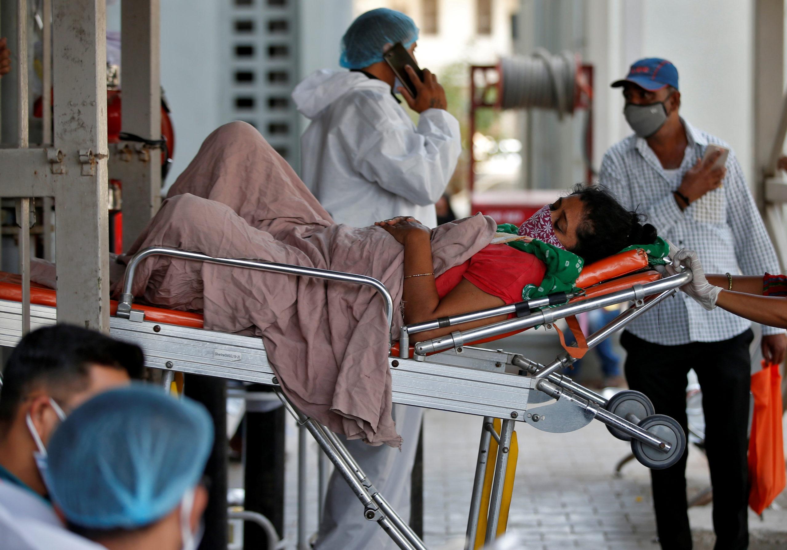 Mortes na Índia por covid-19 podem ser dez vezes superiores à contagem oficial, diz estudo