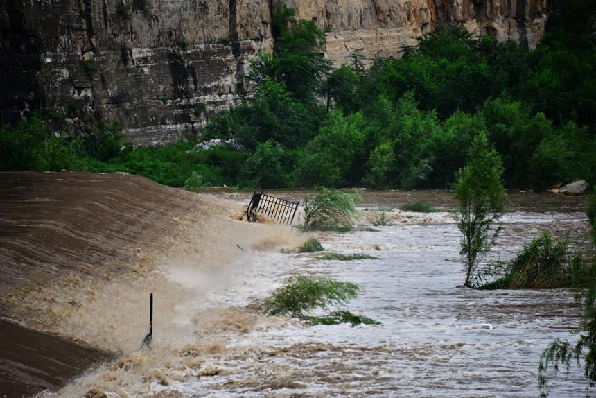 Chuvas torrenciais | Duas barragens colapsam no norte do país
