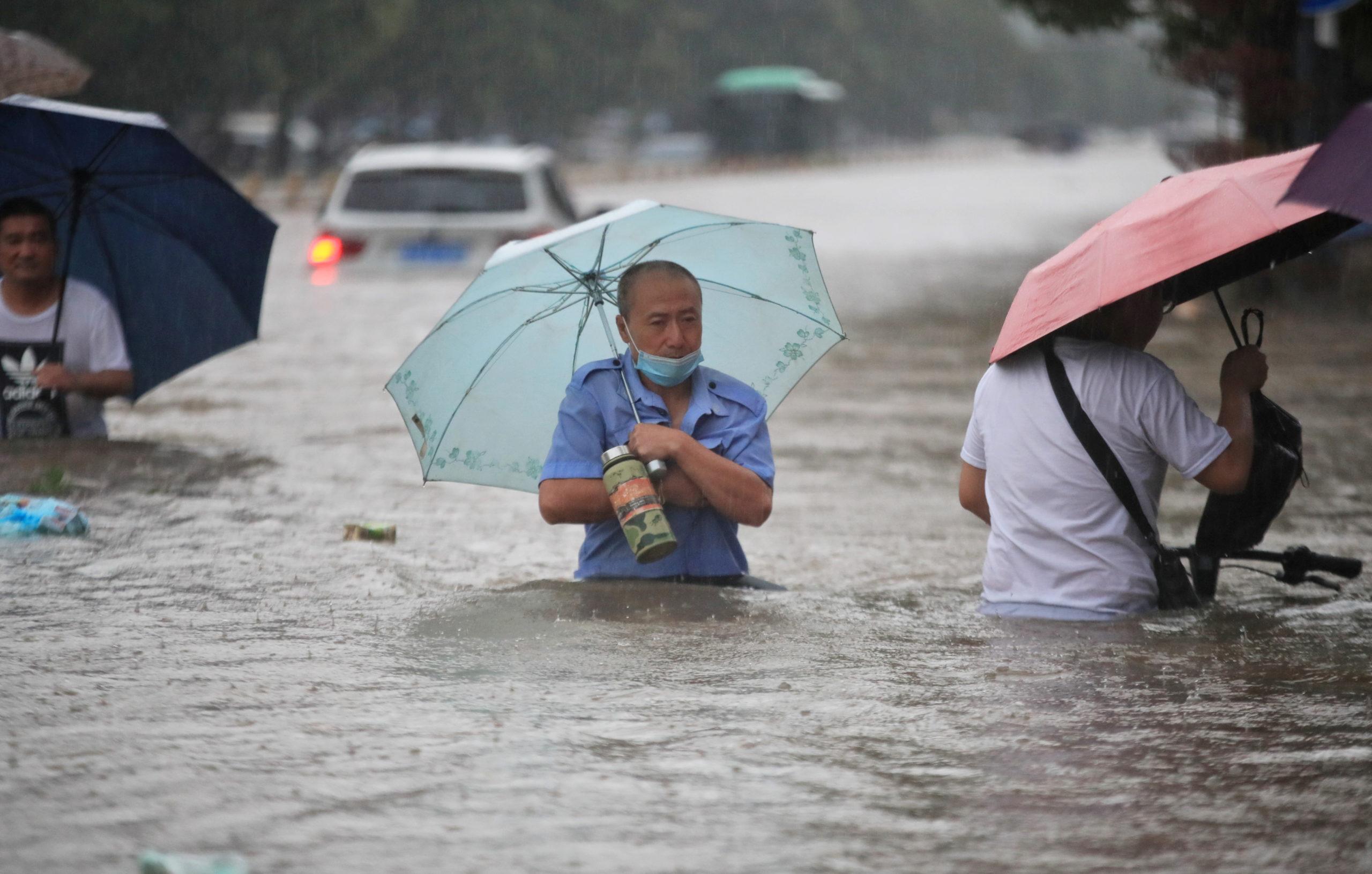 Sobe para 12 número de mortos em inundações no centro da China