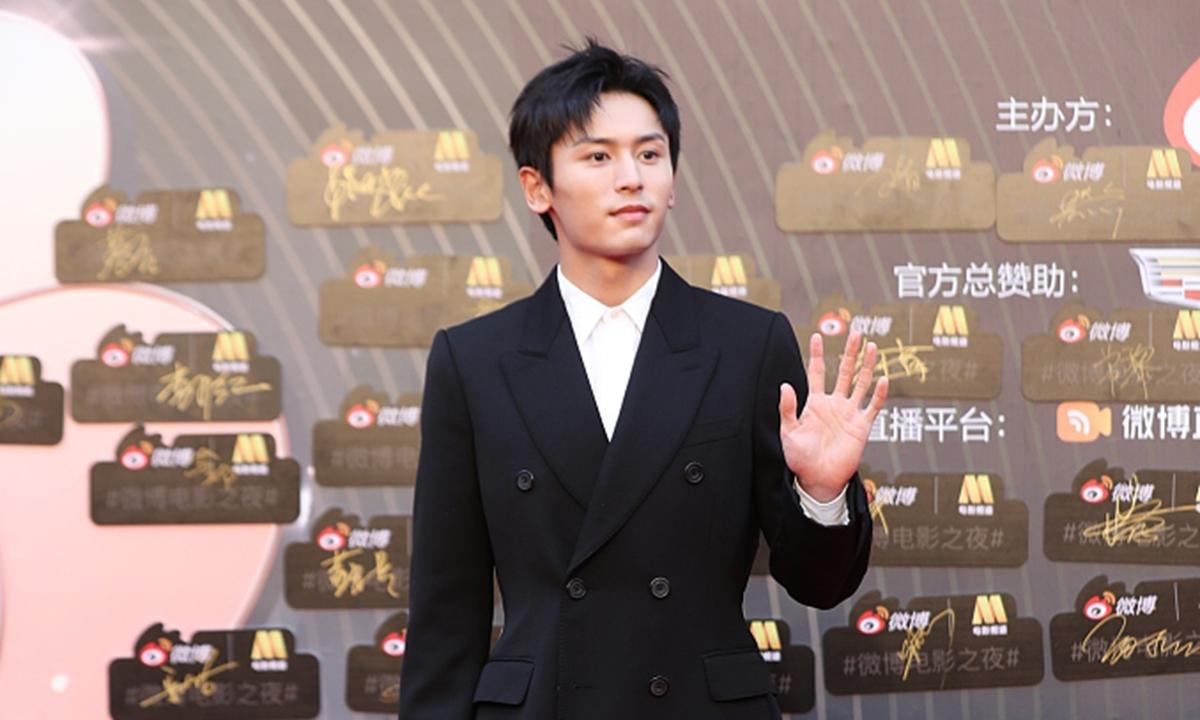 Várias plataformas digitais chinesas excluem actor Zhang Zhehan depois de visita polémica