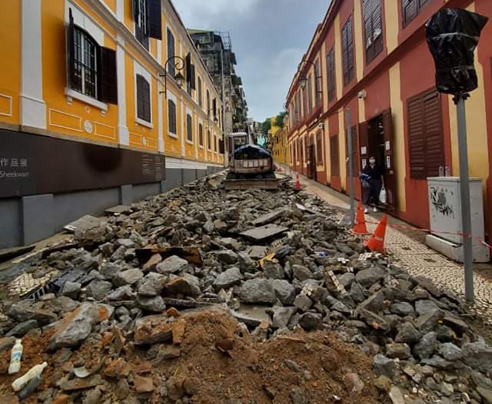 Património | Governo retira calçada e asfalta Rua de Eduardo Marques