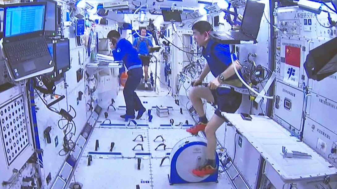 Próxima viagem tripulada à estação espacial vai incluir uma mulher
