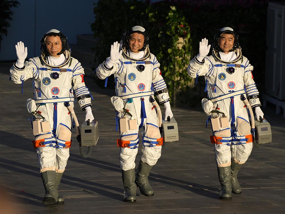 Astronautas chineses deixam estação espacial e regressam à Terra após 90 dias