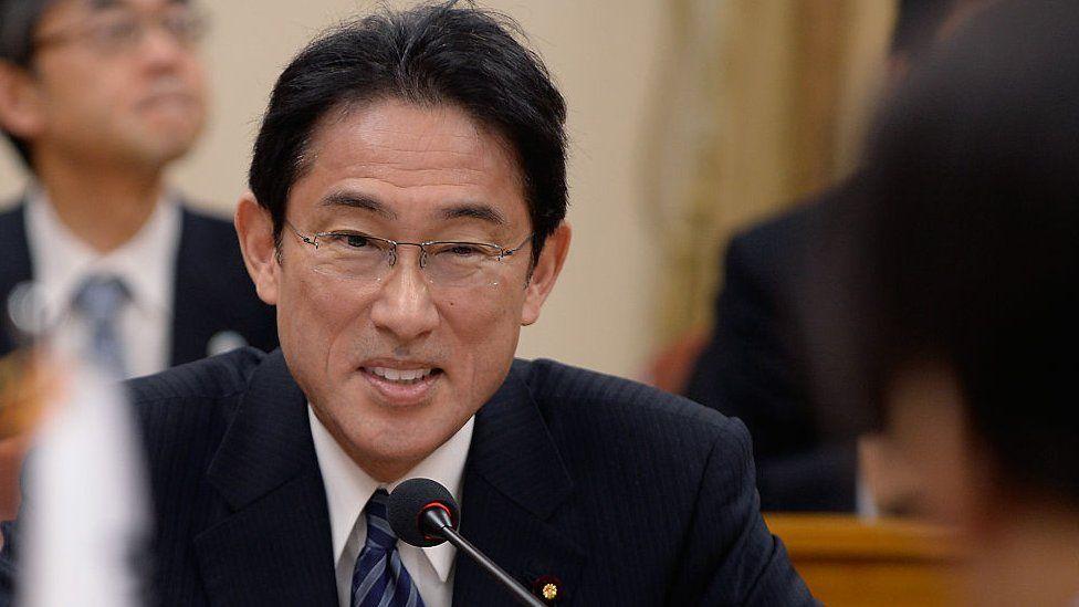 Fumio Kishida ganha as primárias do partido para se tornar o primeiro-ministro do Japão